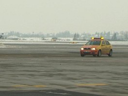 Vozidlo follow me na pražském letišti