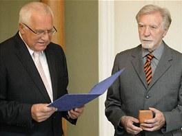 Jazzov� kytarista Rudolf Da�ek obdr�el ke sv�m 77. narozenin�m St��brnou