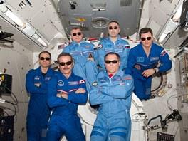Současná posádka ISS - Expedice 34. Vpředu vlevo velitel Kevin Ford (NASA),...