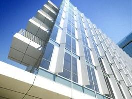 Prosklené fasády člení vertikální plné panely, na jižní a západní straně