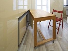 Stůl je rozkládací, kolečka mají aretaci, židle lze uložit do pojízdného