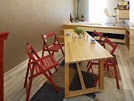 Ke stolu se vejdou bez problémů čtyři stolující, po rozložení až šest.