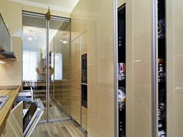 Majitelka má k dispozici hned dvě výsuvné spížní skříně.