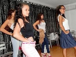 Ve vilce v caracaské čtvrti Altamira dělá desítka holek ve věku od 13 do 17 let