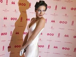 Modelka Andrea Verešová v bílé róbě zdobené peřím od návrhářky Natali Ruden