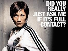 Jedna vydařená. Reklama na ženský fotbal. Vtipná, oblečená a s hlavou. Text