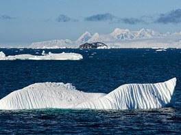 Vezeme se na ledu – všimněte si dvou malých teček vlevo na kře.