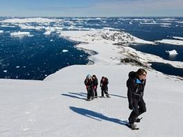 Na sněžnicích se můžete toulat po zasněžených pláních i svazích.