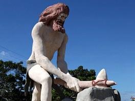 Jen jedin� socha v prehistorick�m parku je zna�n� p�est�elen�: tohoto lovce