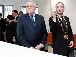 Starosta Prahy 6 Tomáš Chalupa provádí Václava Klause po nově otevřené radnici.