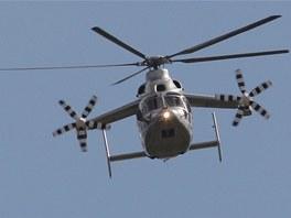 Eurocopter X3, který má kromě hlavního rotoru ještě dvě vrtule na krátkých