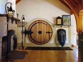 Vstupn� dve�e z cedrov�ho d�eva jsou �irok� 1,3 metru, �elezn� kov�n� a panty...
