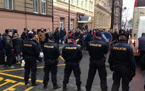 Policisté hlídají skupinu Dánů v Karlíně.