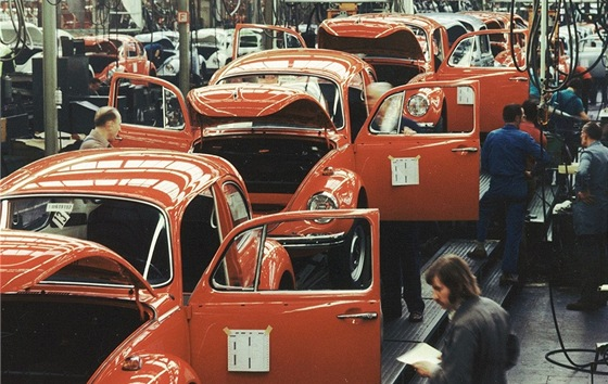 "Volkswagen ""brouk"" byl vyr�b�n v letech 1938 a� 2003. Jedn� se o nejd�le"