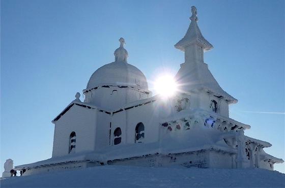 Kaple na Radhošti je ve výšce přes 1100 metrů. Vzimě bývá často pokryta sněhem