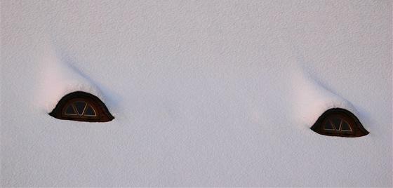 Jako oči krokodýla vypadá zasněžená střecha kostela vHrabové.