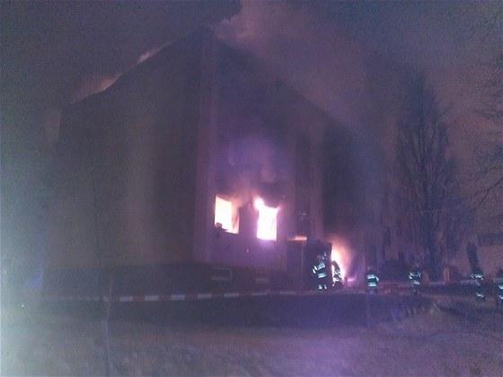 Panelový dům ve Frenštátě pod Radhoštěm krátce po nočním výbuchu, jak ho