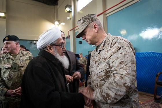 Bývalý afghánský prezident Sibghatullah Mojaddedi se loučí s velitelem sil ISAF