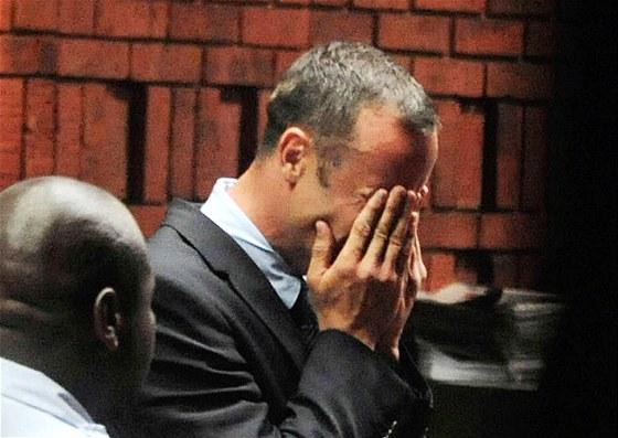 Atlet Oscar Pistorius si v soudn� s�ni vyslechl form�ln� obvin�n� z vra�dy.