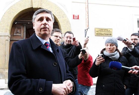 Expremiér Jan Fischer přišel v pondělí pogratulovat Miloši Zemanovi, který ho
