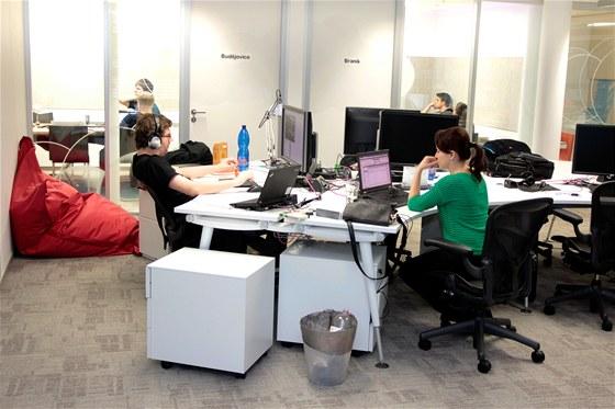 Kanceláře jsou světlé a snaží se podporovat spolupráci týmu. Hlavním jazykem je