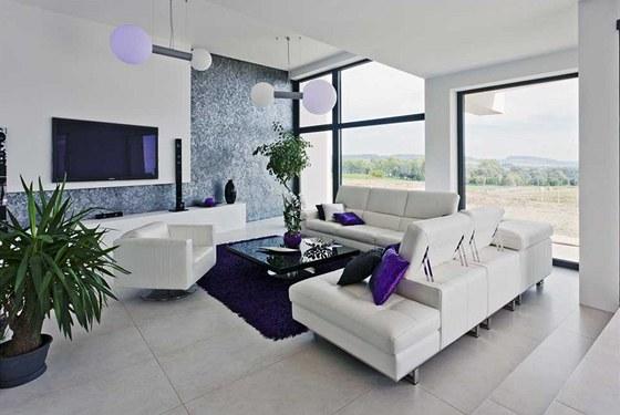 Interiér si majitelé domu vybavili v souladu s exteriérem domu v šedo-bílém