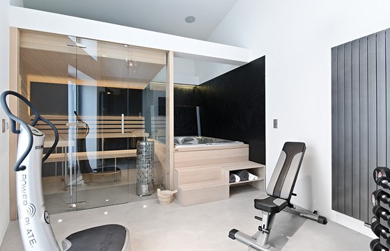 Výrazně prosklená sauna, na niž navazuje vířivka a malá posilovna.