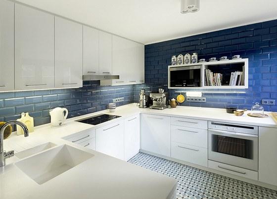 Prostor kuchyně umožnil řešení velké sestavy ve tvaru U. Tématem návrhu se