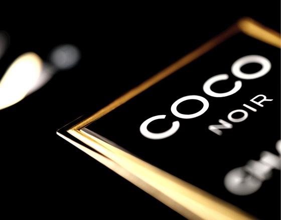 S černou ve velkém přišla Coco Chanel. Změnila dámský šatník a nyní mění její