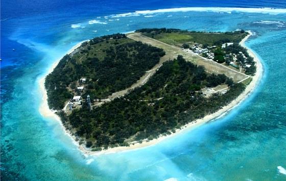 Ostrov Lady Elliot, přistávací dráha se táhne z jednoho konce ostrova na druhý.