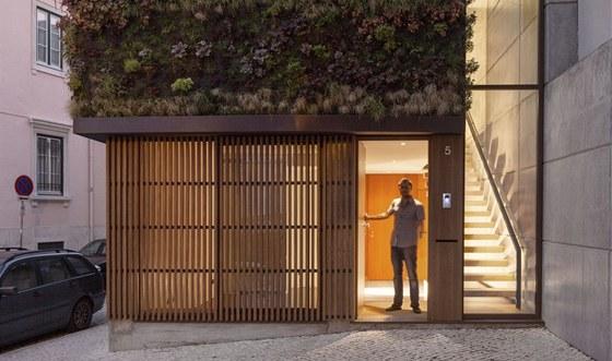 Na fas�d� je zav�ena konstrukce pro vertik�ln� zahradu s dokonal�m