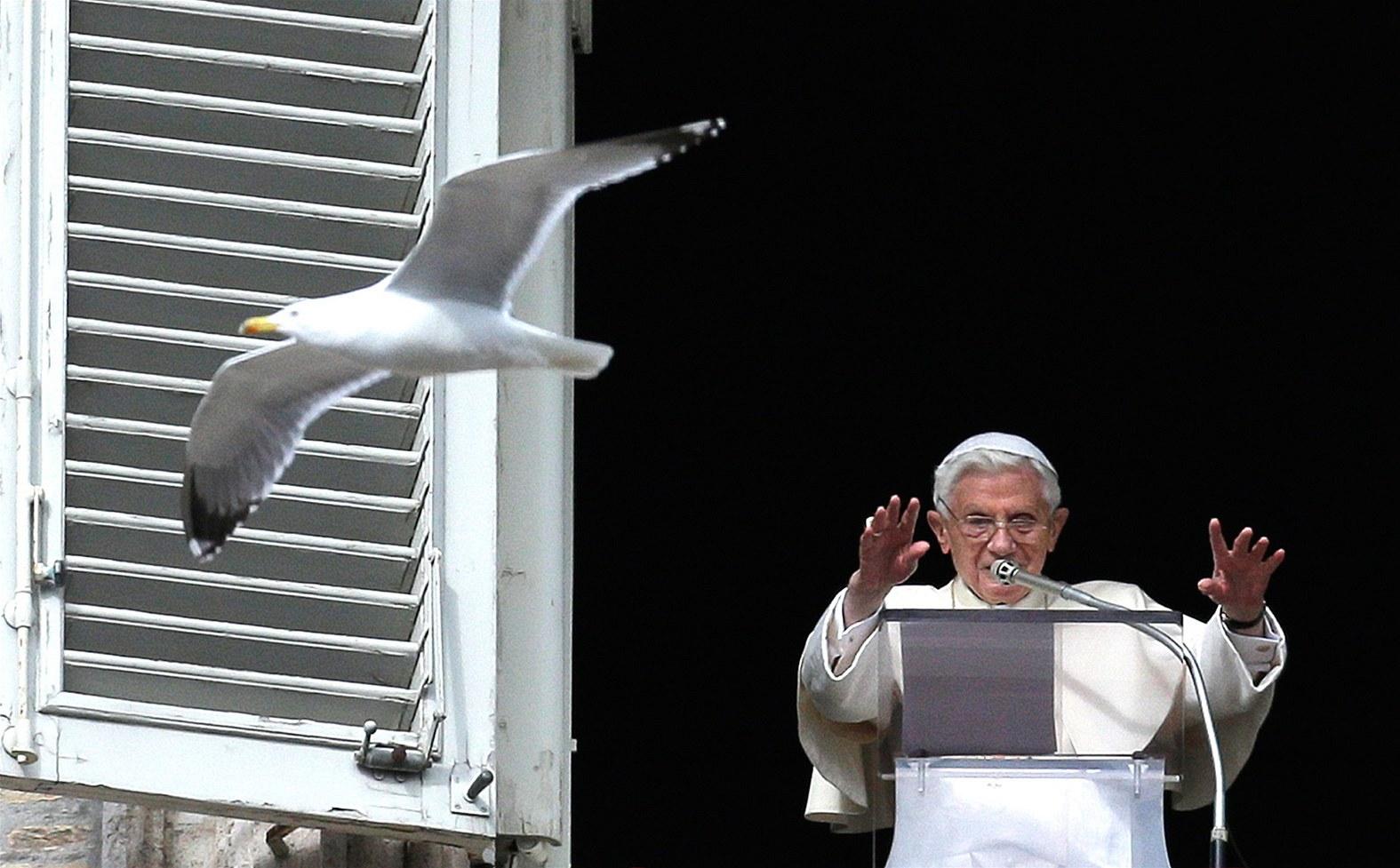 Papež Benedikt XVI. žehná věřícím při modlitbě z okna své pracovny na Náměstí svatého Petra ve Vatikánu. (3. února 2013)
