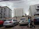 Dvanáctipatrová budova na kraji Šanghaje, ze které podle americké studie