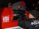 Mladíka se nejprve snažili z kontejneru dostat strážníci, přes speciální kryt
