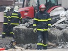 Hasiči ve Frenštátě pod Radhoštěm procházejí mezi ruinami domu zdemolovaného