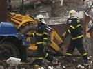 Hasiči ve Frenštátě pod Radhoštěm procházejí před ruinou domu zdemolovaného