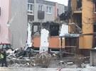 Hasiči stojí před ruinou domu ve Frenštátě pod Radhoštěm, kde explodoval plyn.