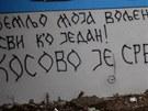 """""""Mojí milované zemi...všichni jako jeden"""" stojí naopak na zdech v srbském"""