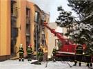 DEMOLICE. Krátce po dohašení objektu začali záchranáři poškozený dům demolovat...