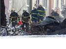 NEPOŘÁDEK. Okolí tragédie zaplavily ohořelé věci zevnitř domu (17. února 2013)