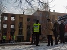 NEUVĚŘITELNÉ. Na zdemolovaný dům se přišla podívat řada místních i novinářů