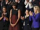 Vybraní hosté v čele s Michelle Obamovou poslouchají Baracku Obamovi, jak