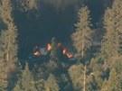 Letecký záběr televize KABC-TV na hořící srub, kde se měl schovat Christopher
