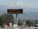 Tabule nedaleko San Bernardina oznamuje řidičům, že všechny silnice vedoucí do