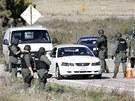 Policisté během honu na na Christophera Dornera u města Yucaipa (12. února