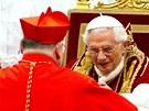 Český arcibiskup Dominik Duka (zády) se při papežské konzistoři stal