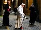 Papež Benedikt XVI. přichází na setkání s bohoslovci v římském Romano Maggiore.