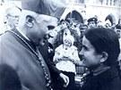 Mnichovsk� arcibiskup Josef Ratzinger se zdrav� s mladou nevidomou �enou p�ed