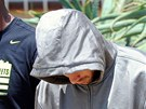 Policisté odvádějí atleta Oscara Pistoriuse (v kapuci) z policejní stanice v...