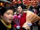 Porodavači květin v čínském Pekingu se v den zamilovaných doslova nezastaví.